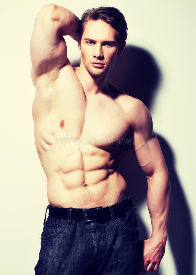 Hombre hermoso con el cuerpo muscular atractivo imagen de archivo libre de regalías