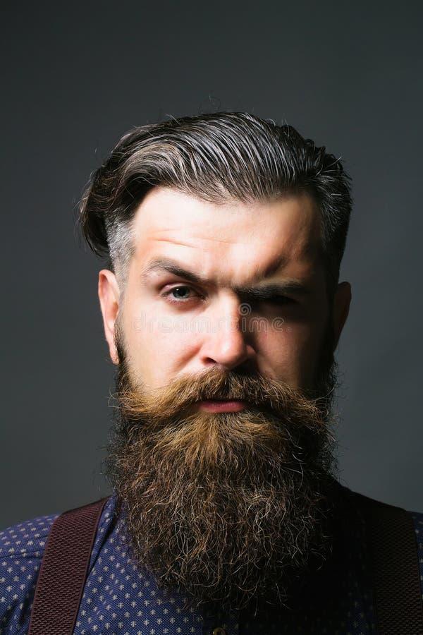 Hombre hermoso con la barba larga fotos de archivo