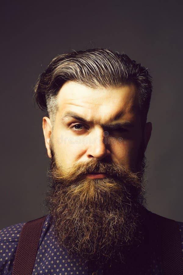 Hombre hermoso con la barba larga imágenes de archivo libres de regalías