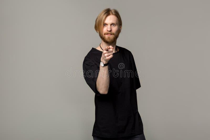 Hombre hermoso con la barba y el peinado apuesto imágenes de archivo libres de regalías