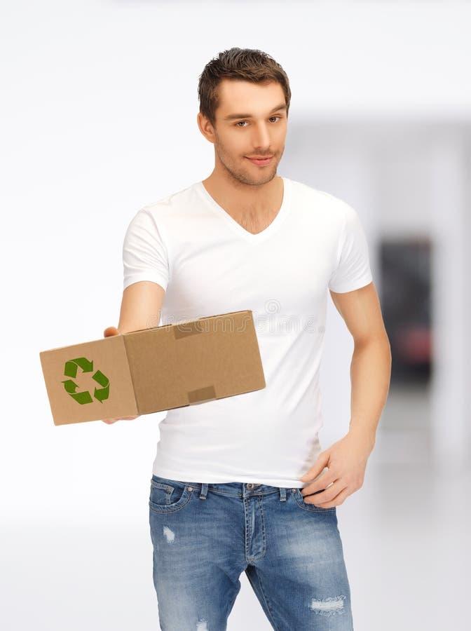 Hombre hermoso con la caja reciclable fotos de archivo