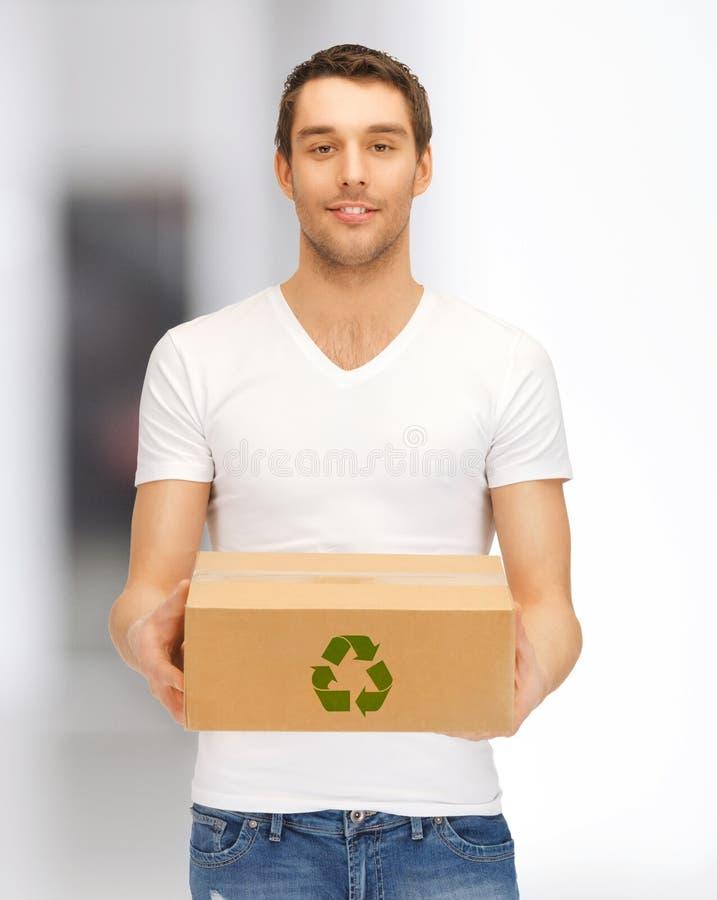 Hombre hermoso con la caja reciclable fotos de archivo libres de regalías