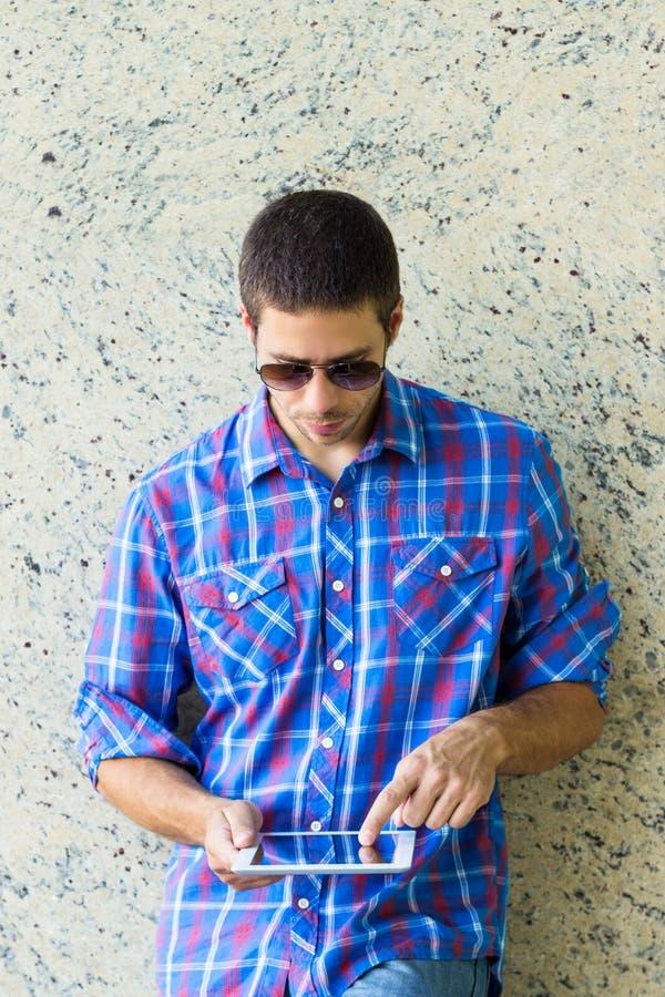Hombre hermoso con la tableta digital imagen de archivo libre de regalías