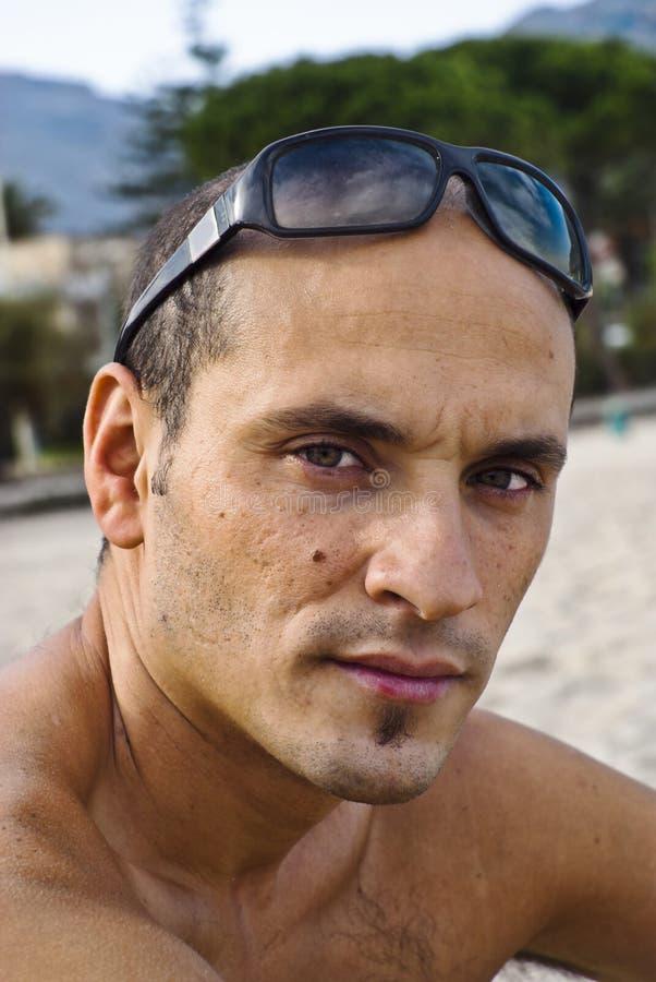 Hombre hermoso con las gafas de sol en la pista imagen de archivo libre de regalías