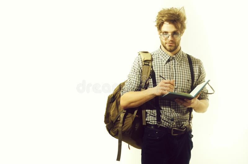 Hombre hermoso con las notas del viajero en el cuaderno y la pluma de papel fotografía de archivo