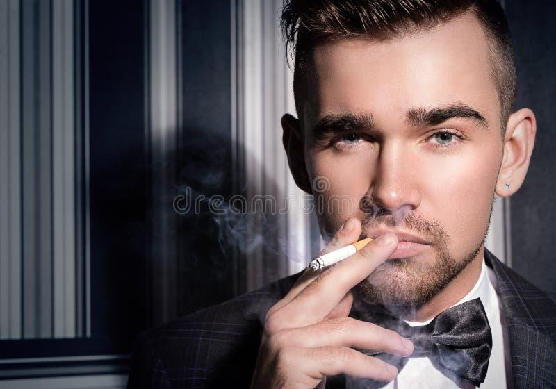 Hombre hermoso con un cigarrillo foto de archivo libre de regalías