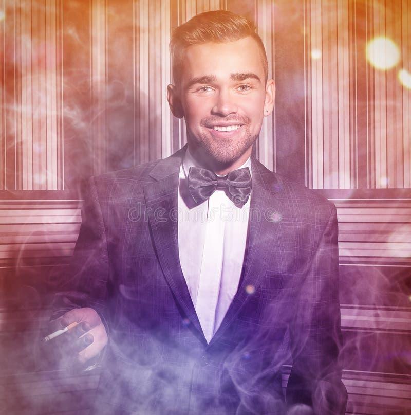 Hombre hermoso con un cigarrillo imagen de archivo libre de regalías