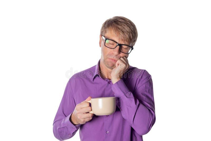 Hombre hermoso de la Edad Media con la taza de café aislada en el fondo blanco foto de archivo