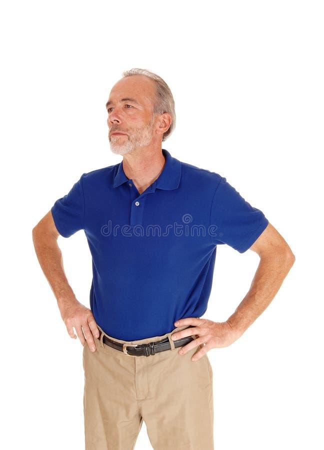 Hombre hermoso de la Edad Media en camiseta azul foto de archivo libre de regalías