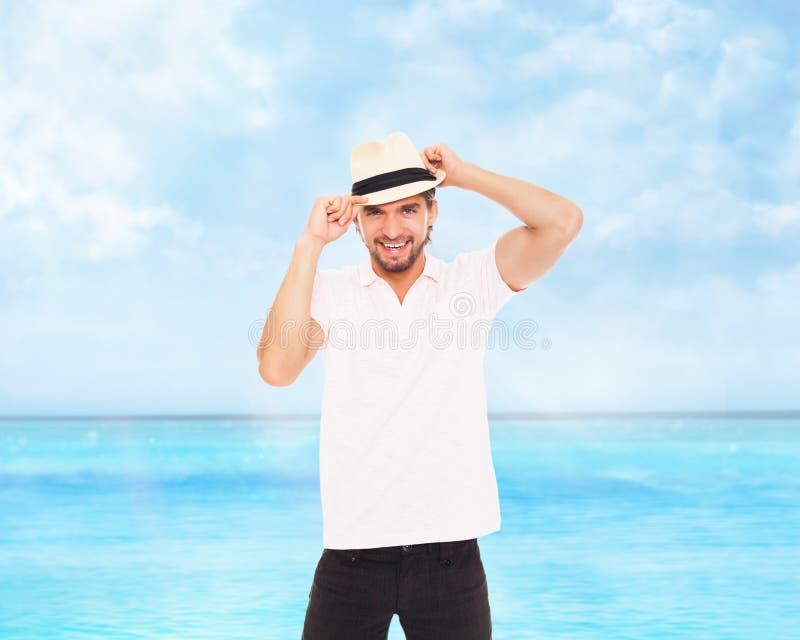 Hombre hermoso de la moda en el sombrero, sonrisa fotografía de archivo