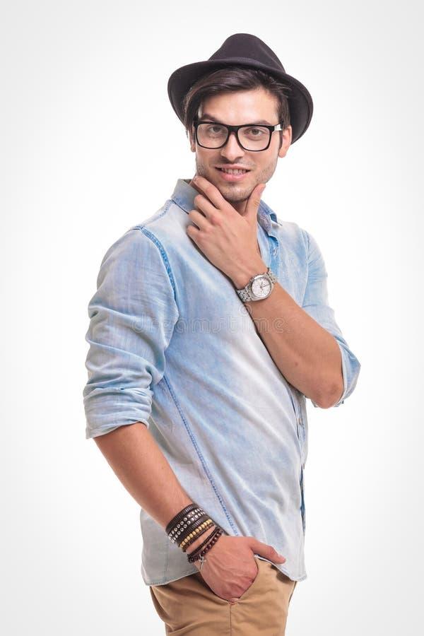Hombre hermoso de la moda que lleva a cabo una mano en su bolsillo fotos de archivo