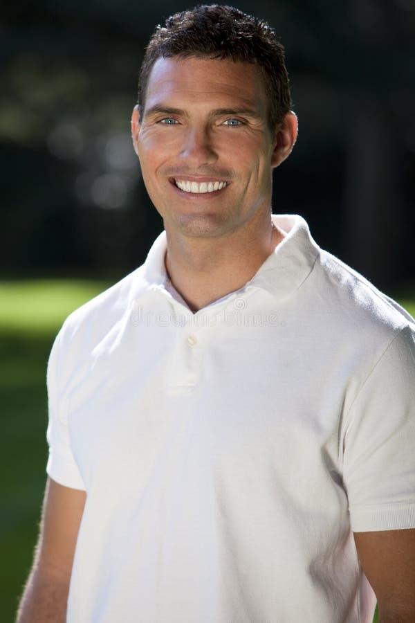 Hombre hermoso de los años 30 en la camisa de polo blanca imagen de archivo