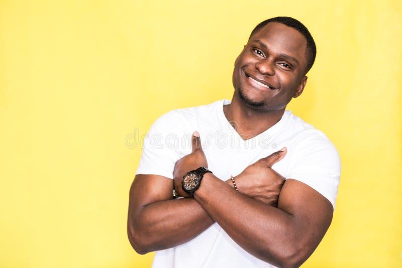 Hombre hermoso del afroamericano con los brazos cruzados fotos de archivo