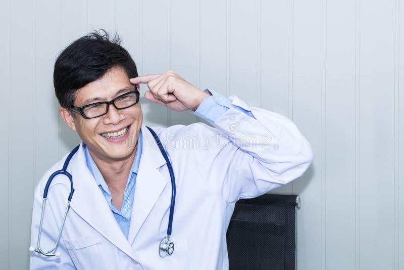Hombre hermoso del retrato de doctor maduro con la capa blanca fotos de archivo libres de regalías