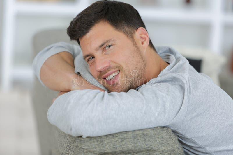 Hombre hermoso del retrato que se sienta en casa foto de archivo