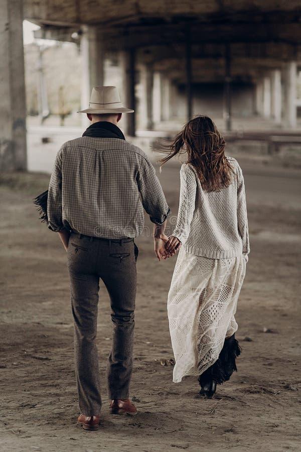 Hombre hermoso del vaquero de Tejas en el sombrero blanco que lleva a cabo las manos con beauti imagenes de archivo