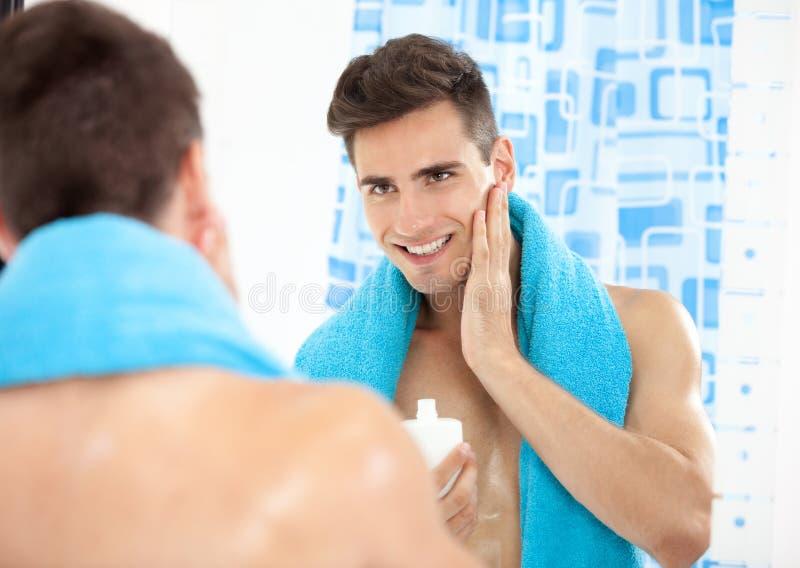 Hombre hermoso después del afeitado imagen de archivo