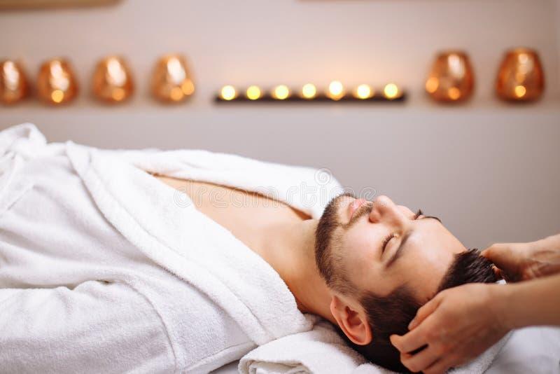Hombre hermoso durante balneario que da masajes a la sesión fotografía de archivo