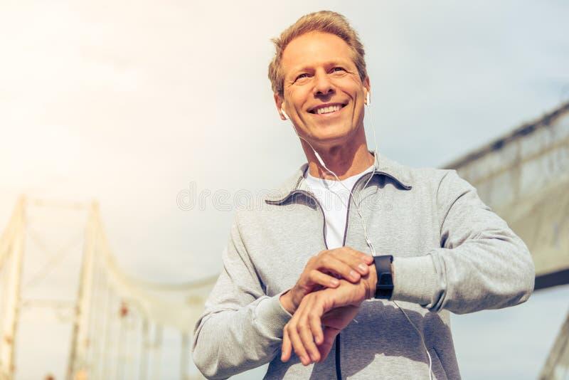 Hombre hermoso durante funcionamiento de la mañana imagen de archivo libre de regalías