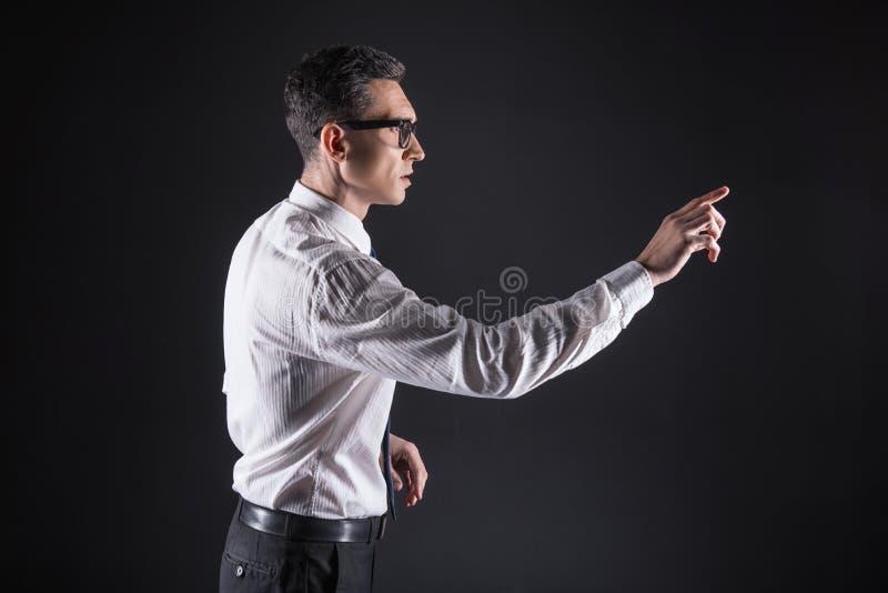 Hombre hermoso elegante que trabaja con electrónica fotografía de archivo