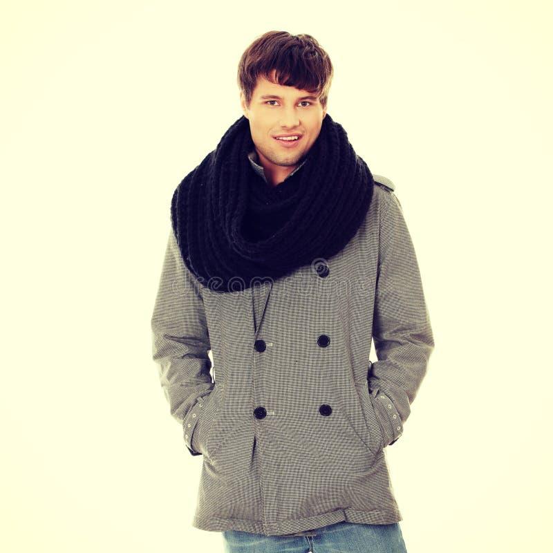 Hombre hermoso en bufanda y capa foto de archivo