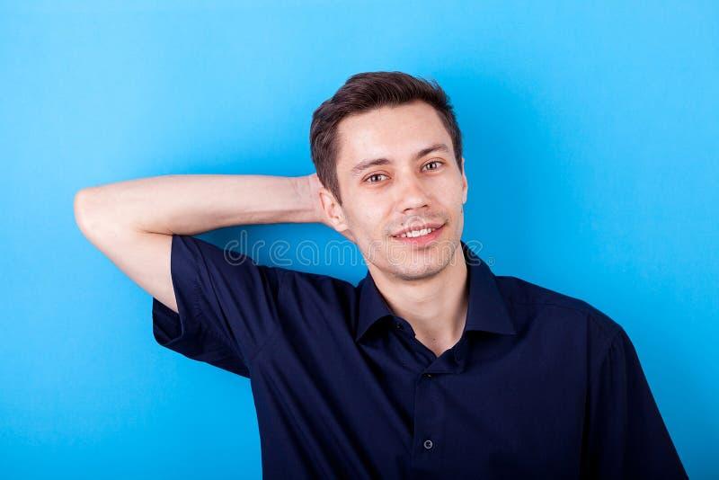 Hombre hermoso en camisa sport en fondo azul fotografía de archivo