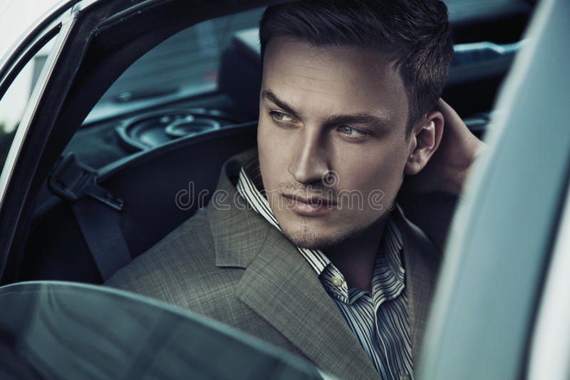 Hombre hermoso en coche imagenes de archivo