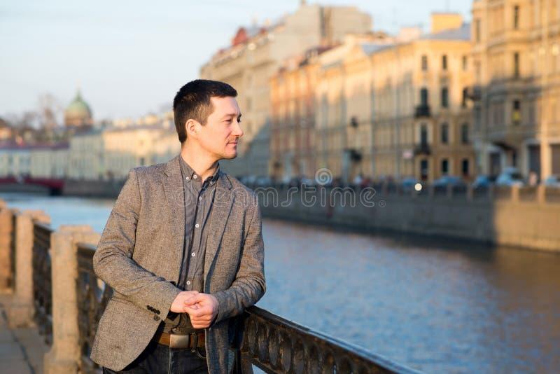 Hombre hermoso en el traje de la moda al aire libre Fondo europeo de la calle foto de archivo libre de regalías