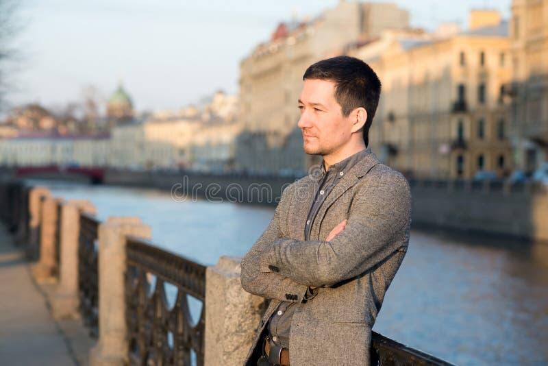 Hombre hermoso en el traje de la moda al aire libre Fondo europeo de la calle imágenes de archivo libres de regalías