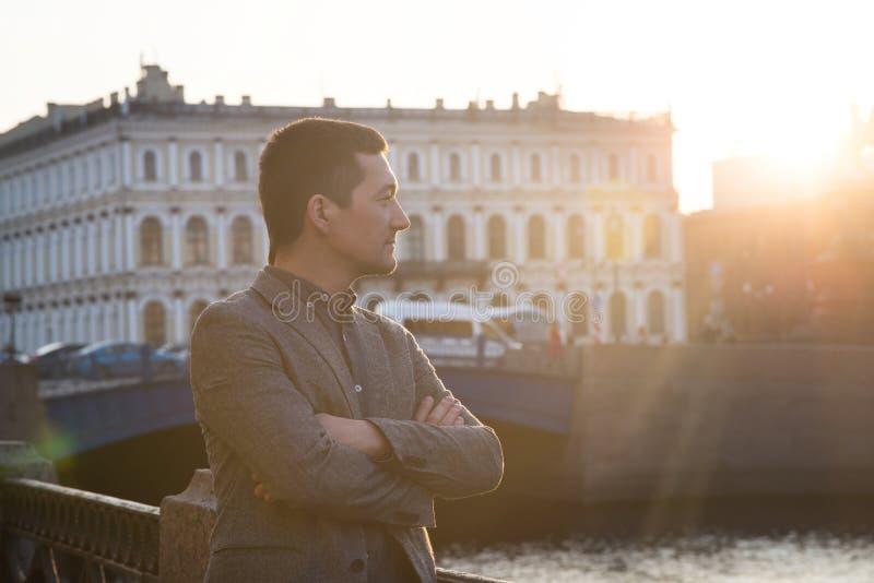 Hombre hermoso en el traje de la moda al aire libre Neblina de Sun imágenes de archivo libres de regalías