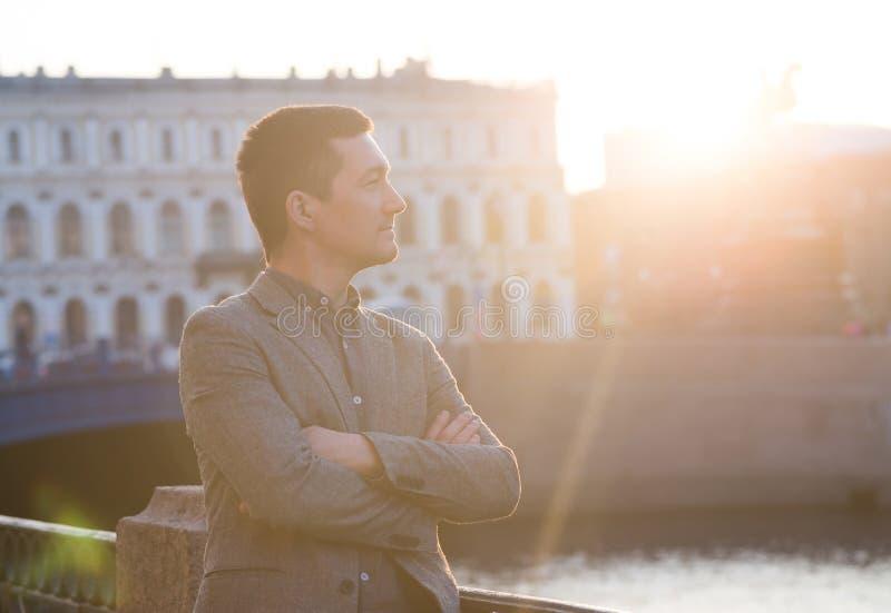 Hombre hermoso en el traje de la moda al aire libre Neblina de Sun imagenes de archivo