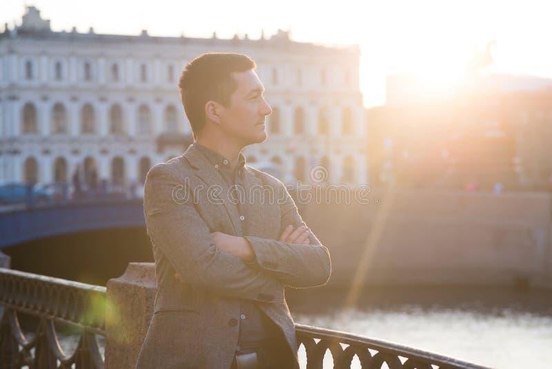 Hombre hermoso en el traje de la moda al aire libre Neblina de Sun fotografía de archivo