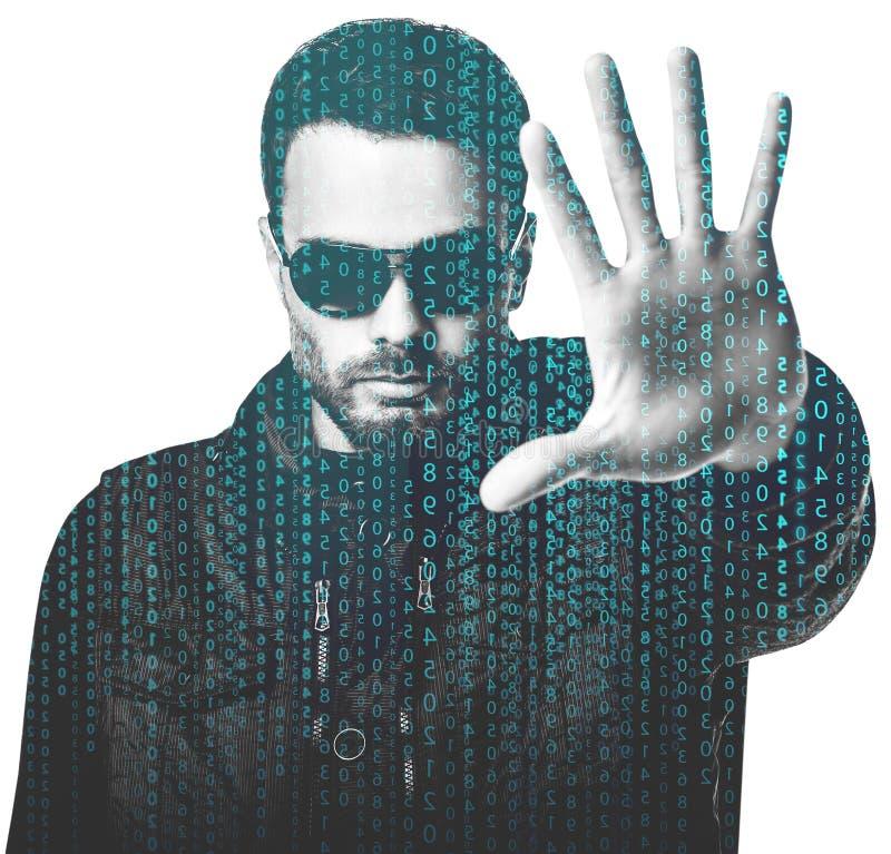 Hombre hermoso en gafas de sol entre código digital de la matriz fotografía de archivo