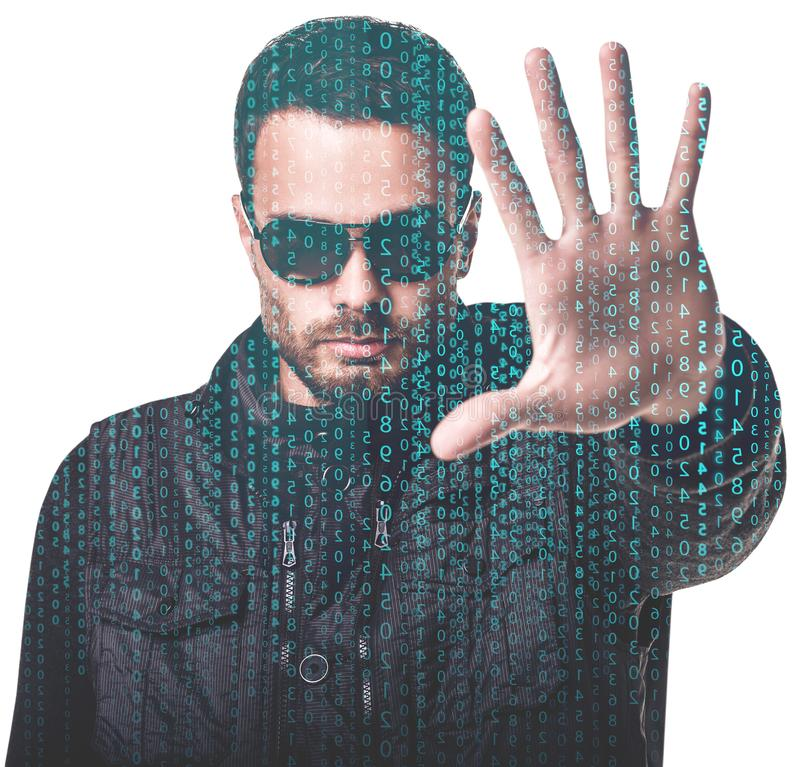 Hombre hermoso en gafas de sol entre código digital de la matriz fotografía de archivo libre de regalías
