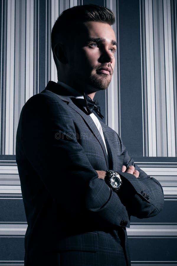 Hombre hermoso en juego foto de archivo