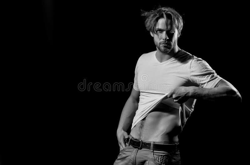 Hombre hermoso en la camiseta blanca que muestra el torso atractivo, muscular imagen de archivo