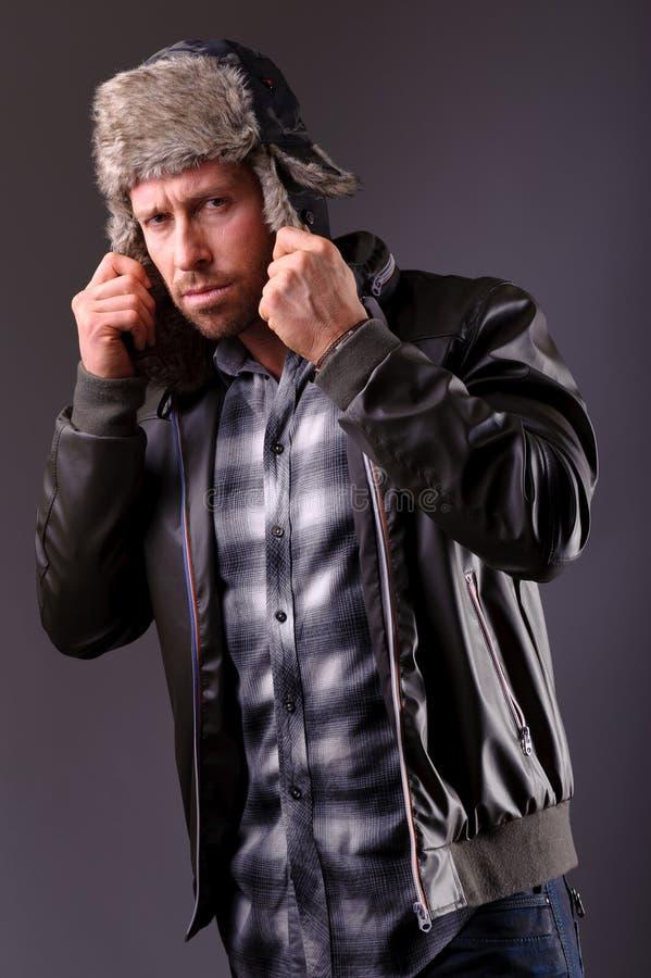 Hombre hermoso en la chaqueta de cuero fotografía de archivo libre de regalías