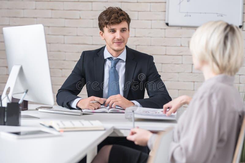 Hombre hermoso en la reunión de negocios importante foto de archivo