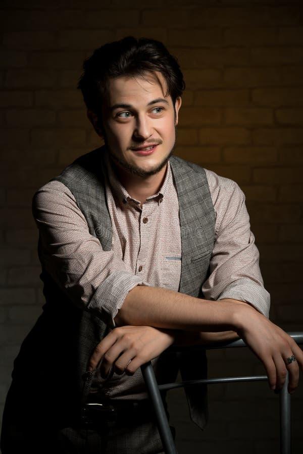 Hombre hermoso en retrato de la camisa y del chaleco foto de archivo