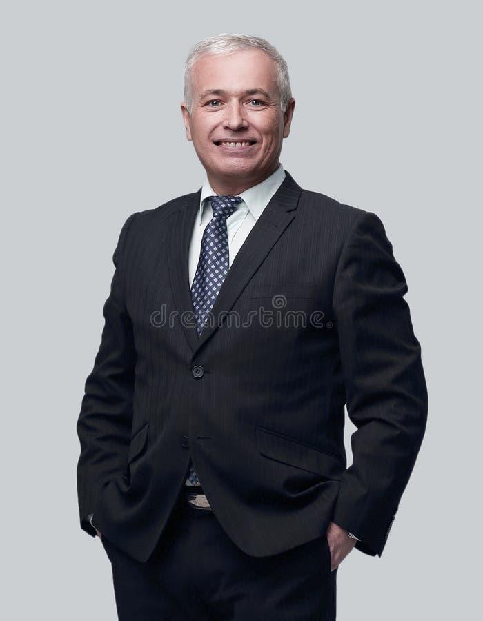 Hombre hermoso en traje y vidrios negros foto de archivo libre de regalías