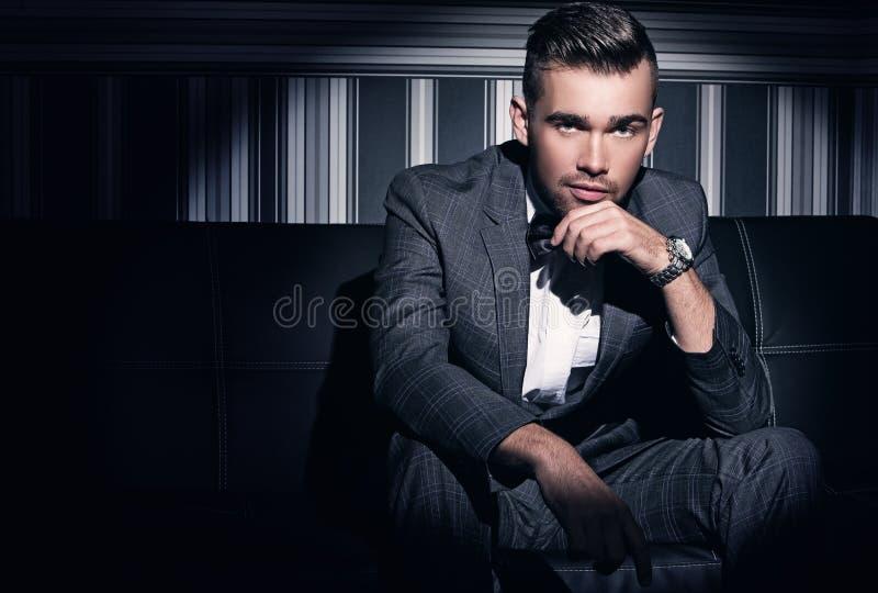 Hombre hermoso en un juego fotografía de archivo