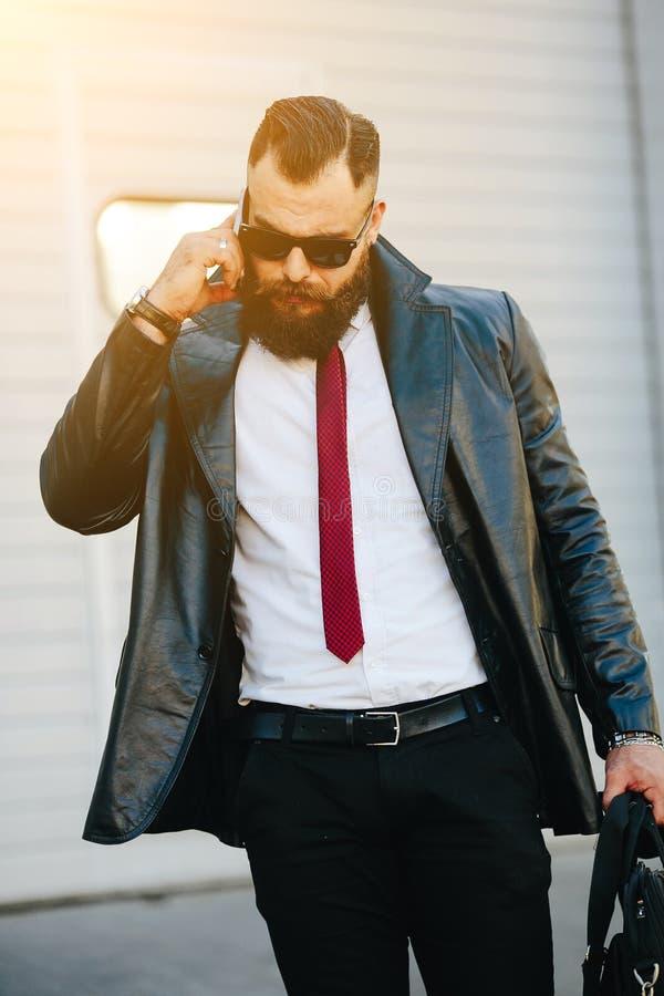 Hombre hermoso en un traje que habla en el teléfono foto de archivo libre de regalías