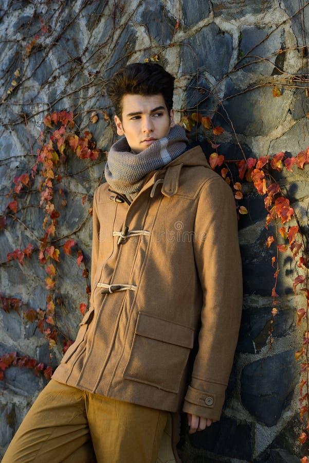 Hombre hermoso joven atractivo, modelo de la moda en backgro urbano imagenes de archivo
