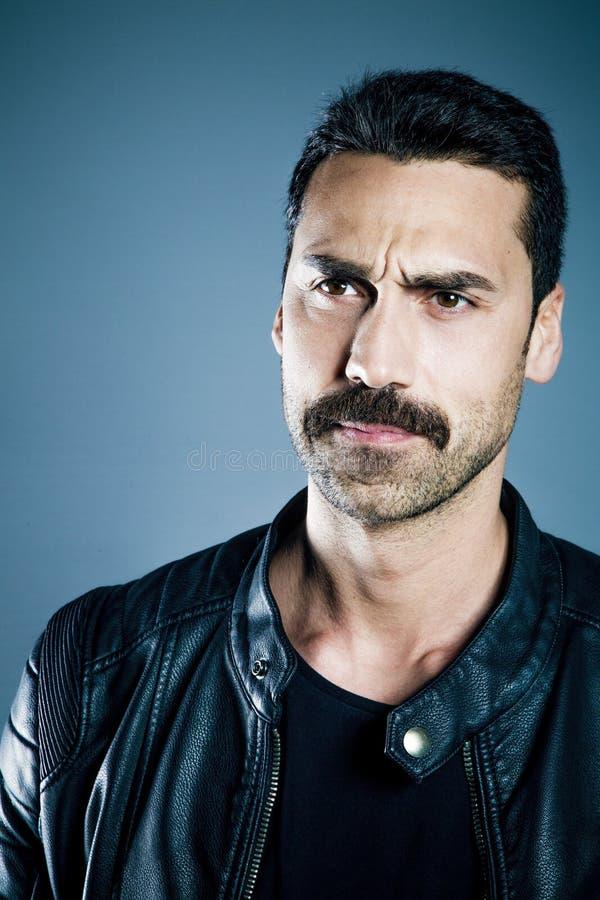 Hombre hermoso joven con el retrato del estudio de la barba y del bigote fotos de archivo