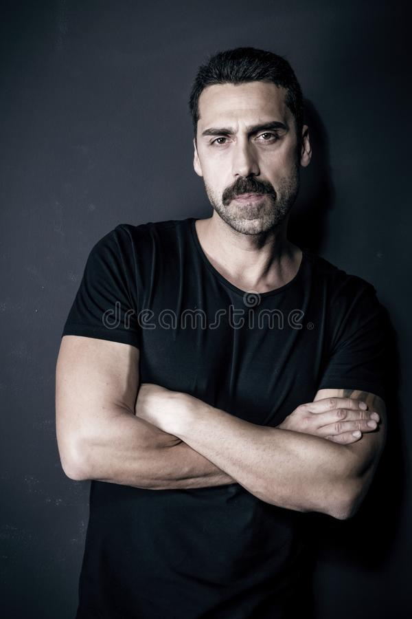 Hombre hermoso joven con el retrato del estudio de la barba y del bigote imagen de archivo libre de regalías
