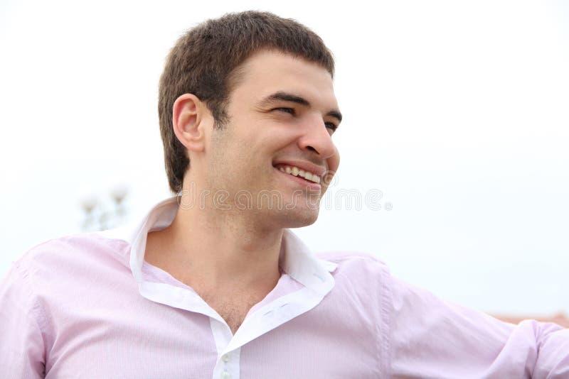 Hombre hermoso joven con gran sonrisa, al aire libre retrato imágenes de archivo libres de regalías