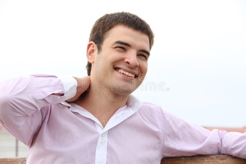 Hombre hermoso joven con gran sonrisa, al aire libre retrato foto de archivo