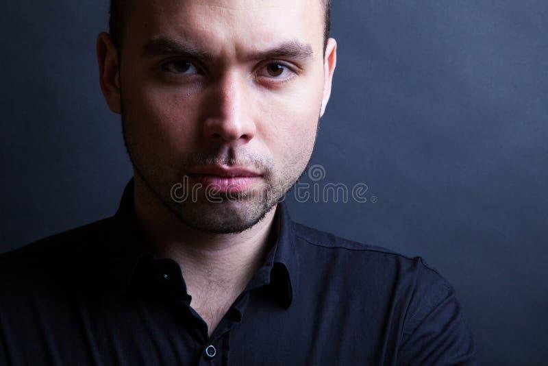 Hombre hermoso joven con la expresión seria imágenes de archivo libres de regalías