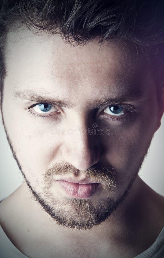 Hombre hermoso joven con los ojos azules imagenes de archivo