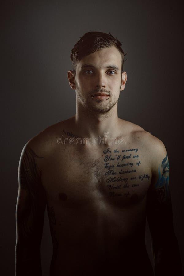 Hombre hermoso joven con los tatuajes foto de archivo